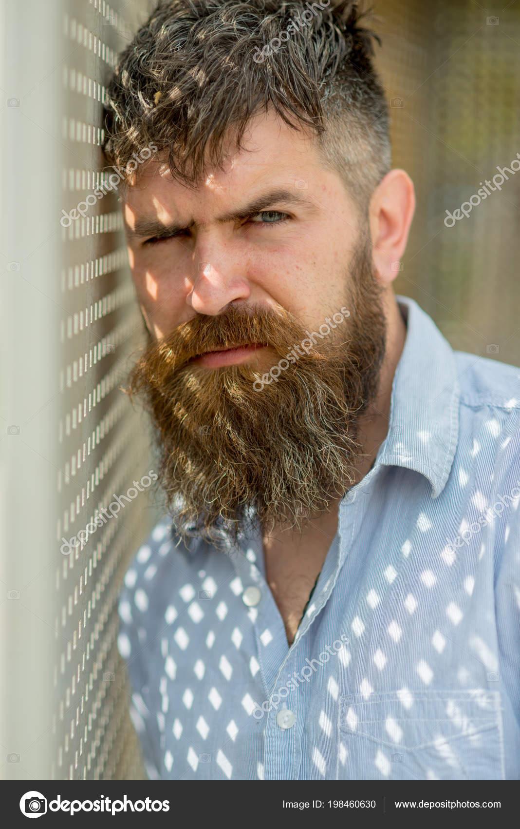 Hombre Con Barba Larga Y Bigote En Pared Perforada Hombre Barbudo