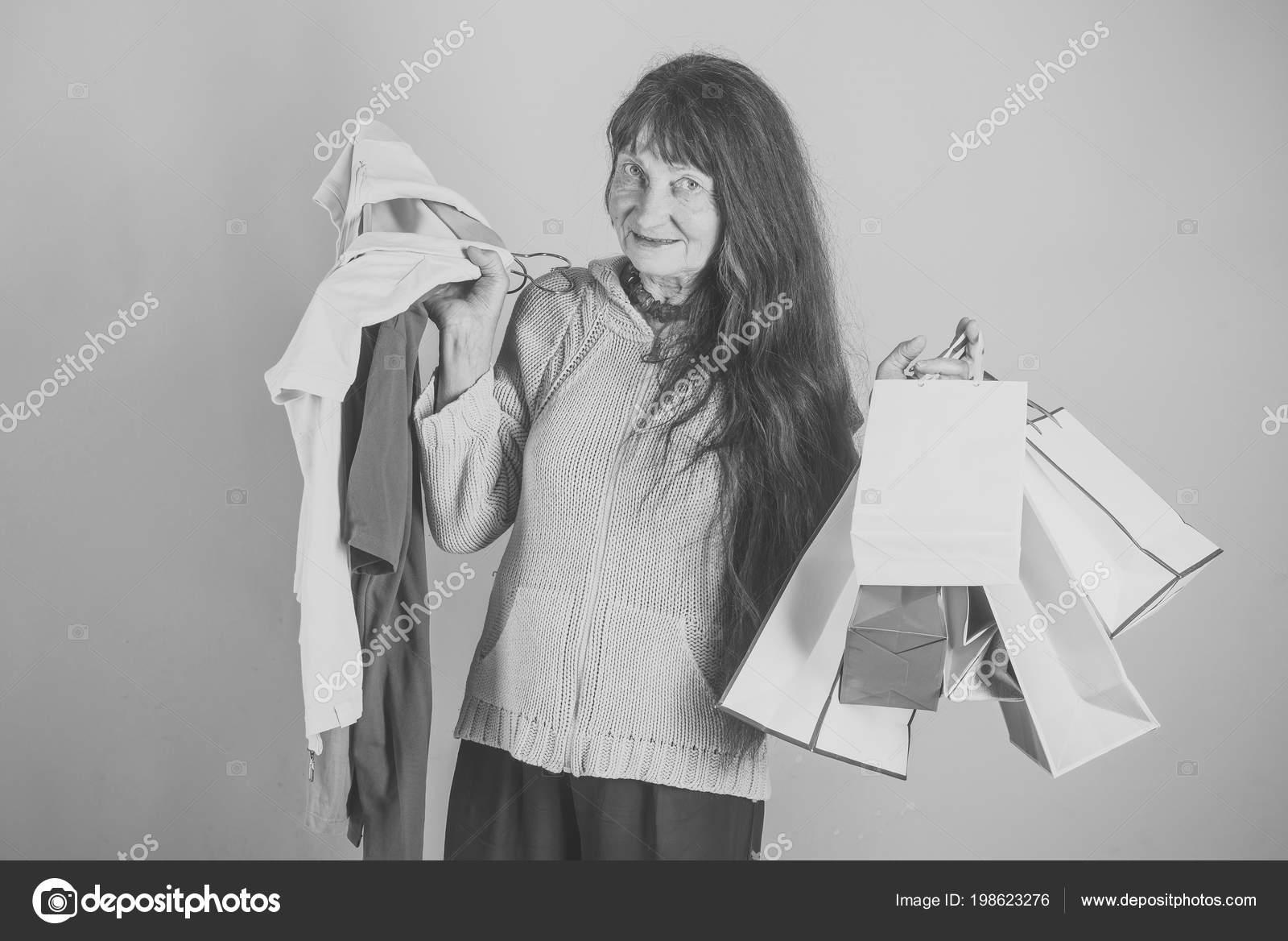 Kleding In De Hand Van Gelukkige Vrouw Oude Dame Met Huidige Pakket