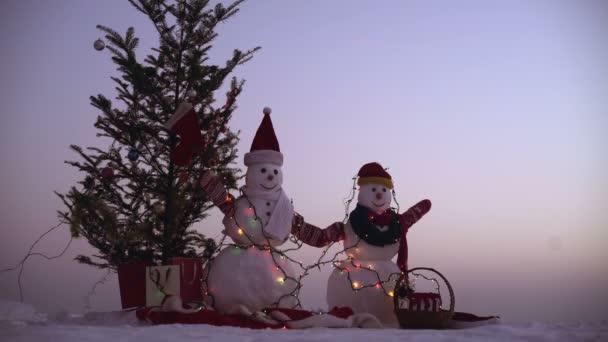 Boldog új évet a hóember. Snowmans boldog pár. Snowmans ünnepe. Kellemes karácsonyi ünnepeket és boldog új évet. A téli időszakban állandó boldog hóember karácsonyi táj