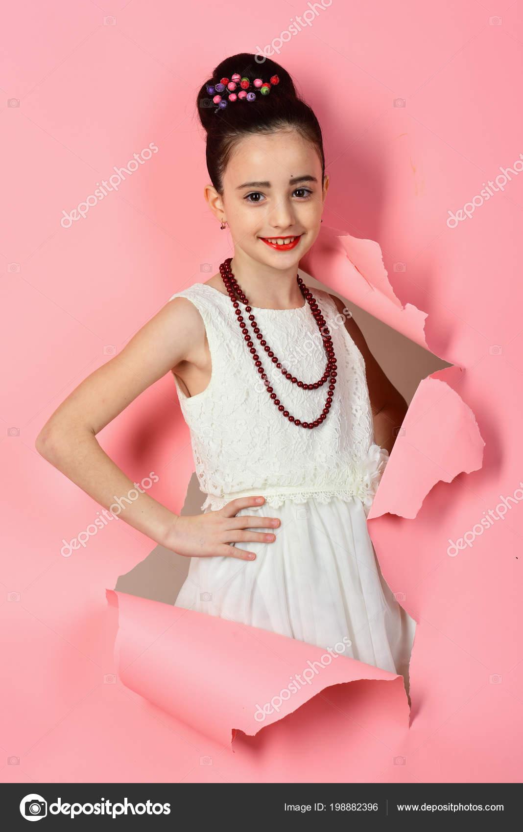 Modelo retro de la muchacha o moda, belleza. Niña en vestido de la ...