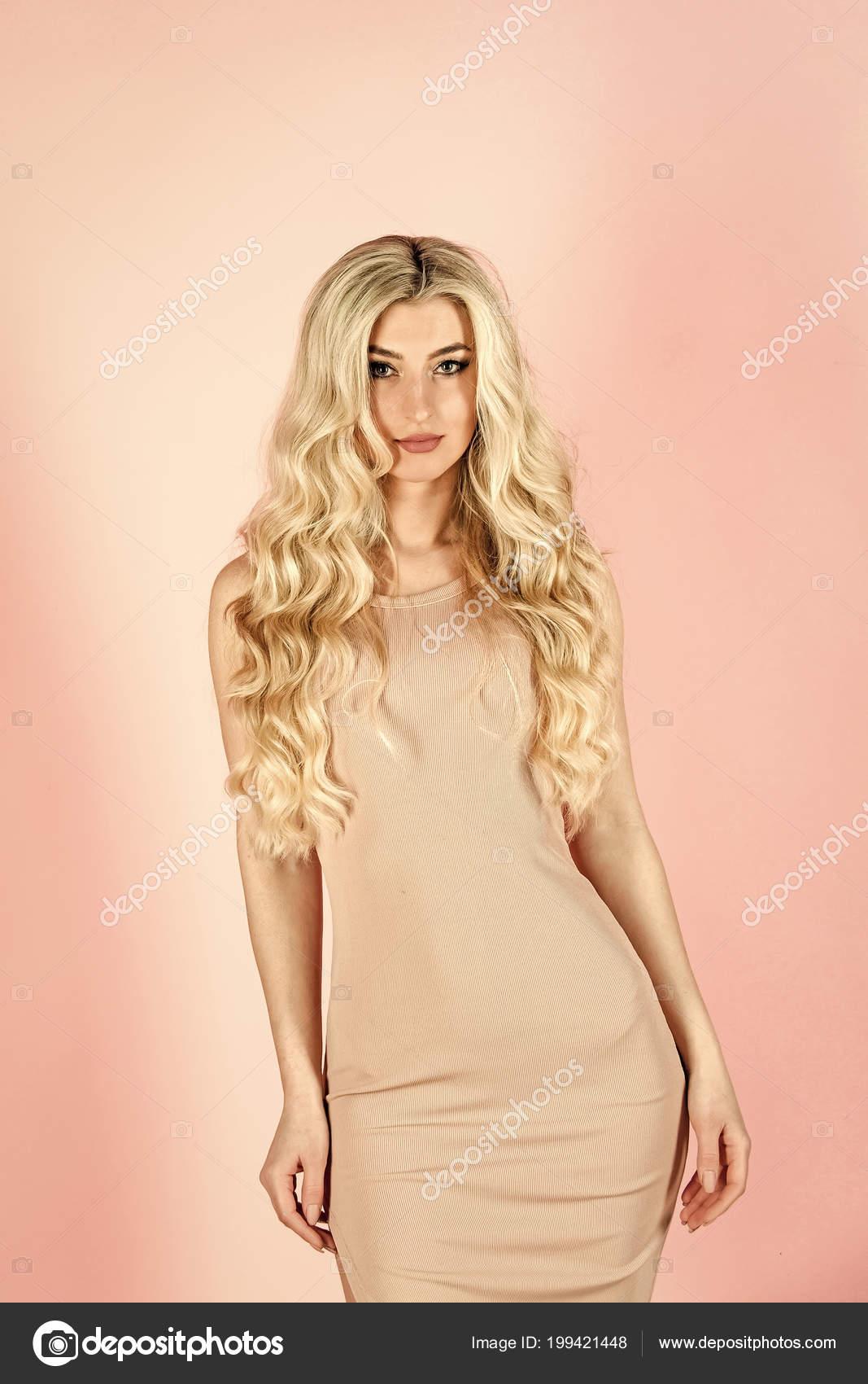 online store d08b2 8d144 Ragazza in vestito alla moda sexy. Aspetto e stile moda ...