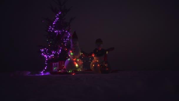 Veselé Vánoce a šťastný nový rok. Dvě veselé sněhuláka v zimě vánoční krajina