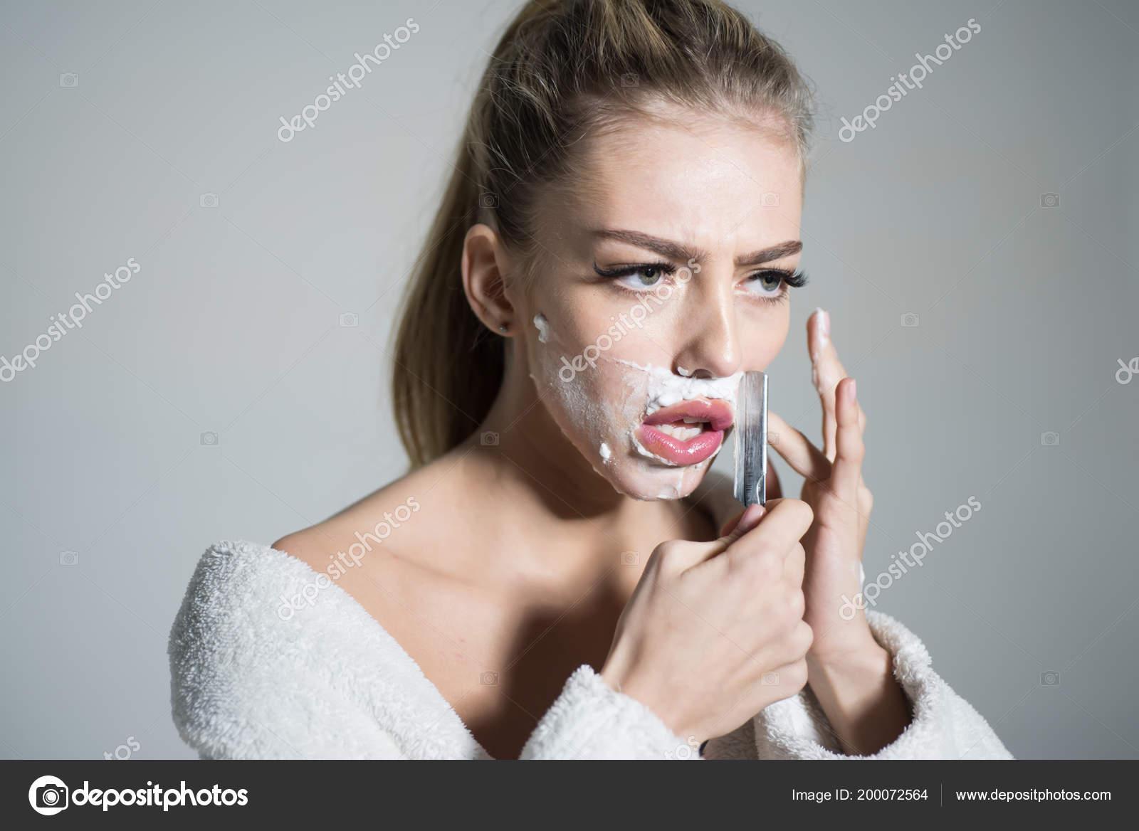 a042468d9a3a84 Blonde Frau mit hohen Pferdeschwanz in weißen Bademantel auf grauem  Hintergrund isoliert. Drag Queen rasieren ihr Gesicht mit scharfen  Rasiermesser, ...
