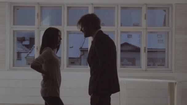 sexy Paar stand vor einander im Gespräch