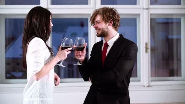 Junge romantisch zu zweit feiern mit Gläser Rotwein. Romantisch zu zweit trinken Rotwein. Schöne junge Paar mit Gläser Rotwein