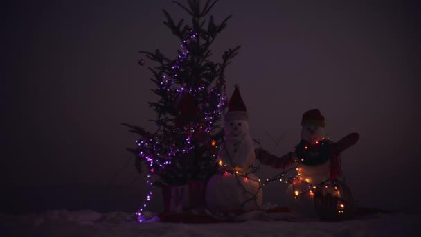 Šťastný nový rok s sněhulák. Snowmans šťastný pár. Snowmans oslava