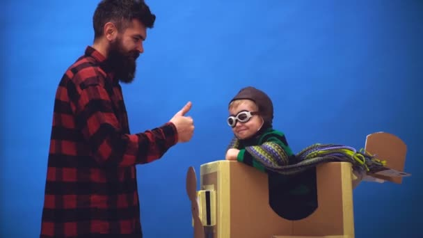 Sen dítě baví doma. Roztomilý malý dítě chlapec na letišti. Dítě pilot aviator se letadlo sny o cestování v létě. Otec a jeho syn dítě hraje. Malé dítě hraje superhrdina pilot