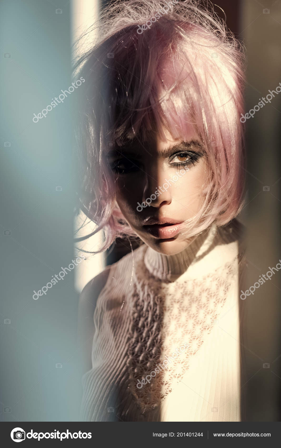 Dívka nosí vlasy růžová paruka s rozmazané modrá šedá popředí ... 69831b55a3