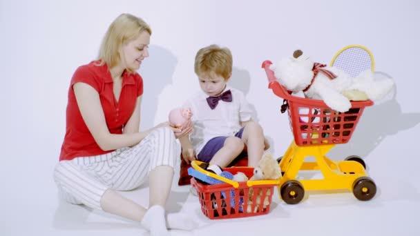 Předškolní vzdělání. Matka naučí syna šetří peníze. Vzdělávací hra