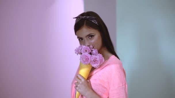 Dívka jí růže. Kytice růží pro maminku. Smyslná žena s kyticí. Žena s kyticí růží