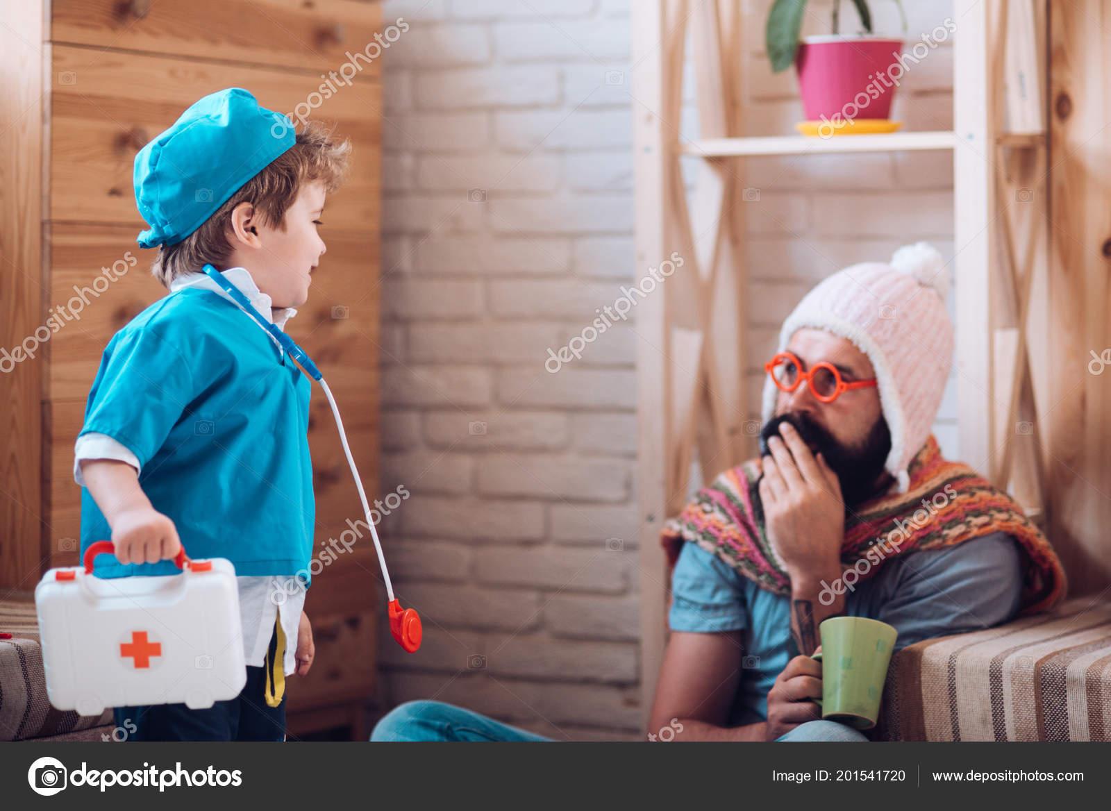 3742eea27b857 Medicina e saúde. Criança brincar de médico com homem. Filho com caixa de  primeiros socorros