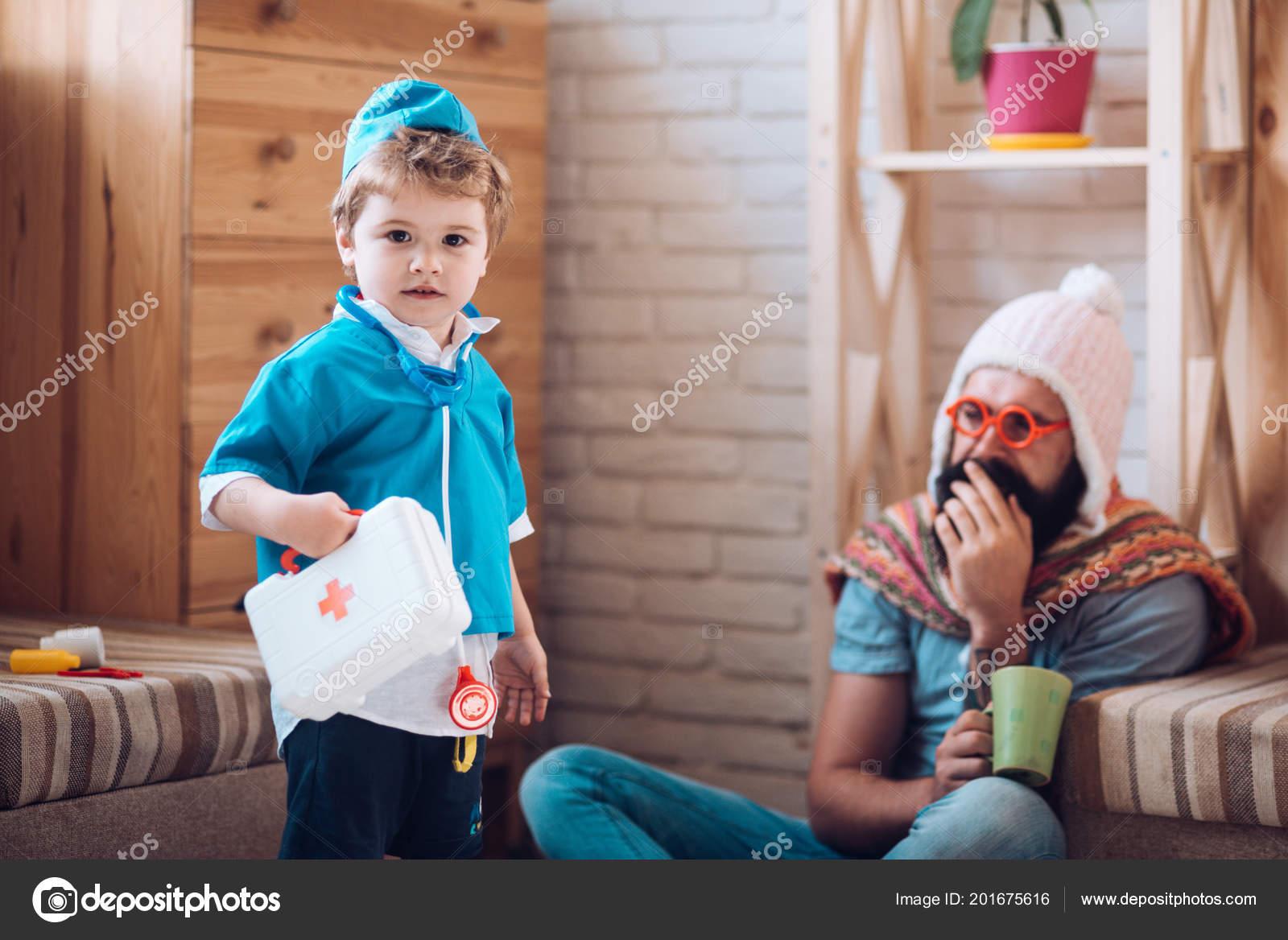 3cf700fa02263 Medicina e saúde. Perito médico confiante. Rapaz de uniforme médico tratar  o paciente. Filho com caixa de primeiros socorros