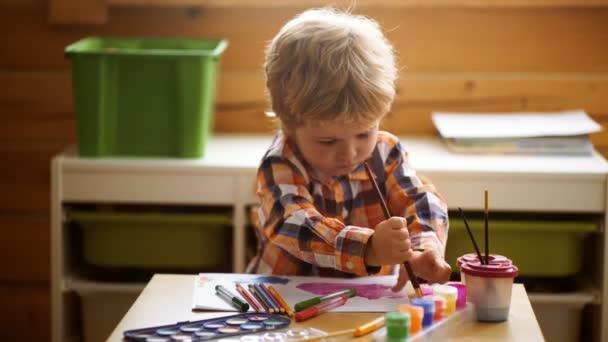 Kreativní děti batole kreslení doma. Děti hrají ve školce. Koncepce vzdělávání tvořivost dítě, dítě učení umění. Preschooler kluk baví s barevné barvy u péče o děti