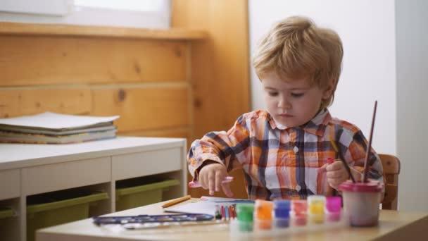 Arteterapie pro děti. Psychologie osobnosti dítěte. Pomoci, získal důvěru. Výkresu. Tvořivost a vzdělávací koncepce. Šťastný roztomilý chlapec barvy ruce