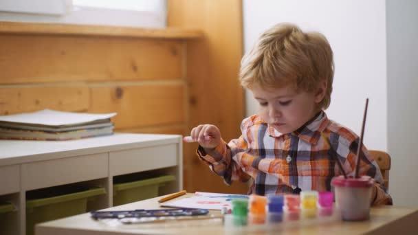 Koncepce vzdělávání v raném dětství, malířství, talent, šťastná rodina a rodičovství. Roztomilý, vážné a cílené boy kreslení.