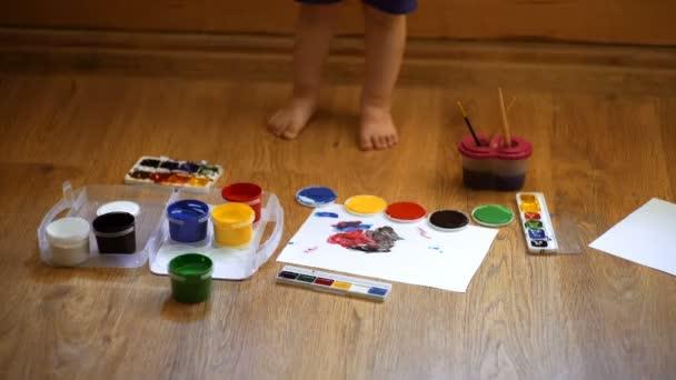 Rajz. A kreativitás és az oktatás fogalmát. Boldog aranyos fiú színek a kezét. Ezzel az ujjal festés. Gyermek művészeti terápia. A childs személyiség pszichológiája