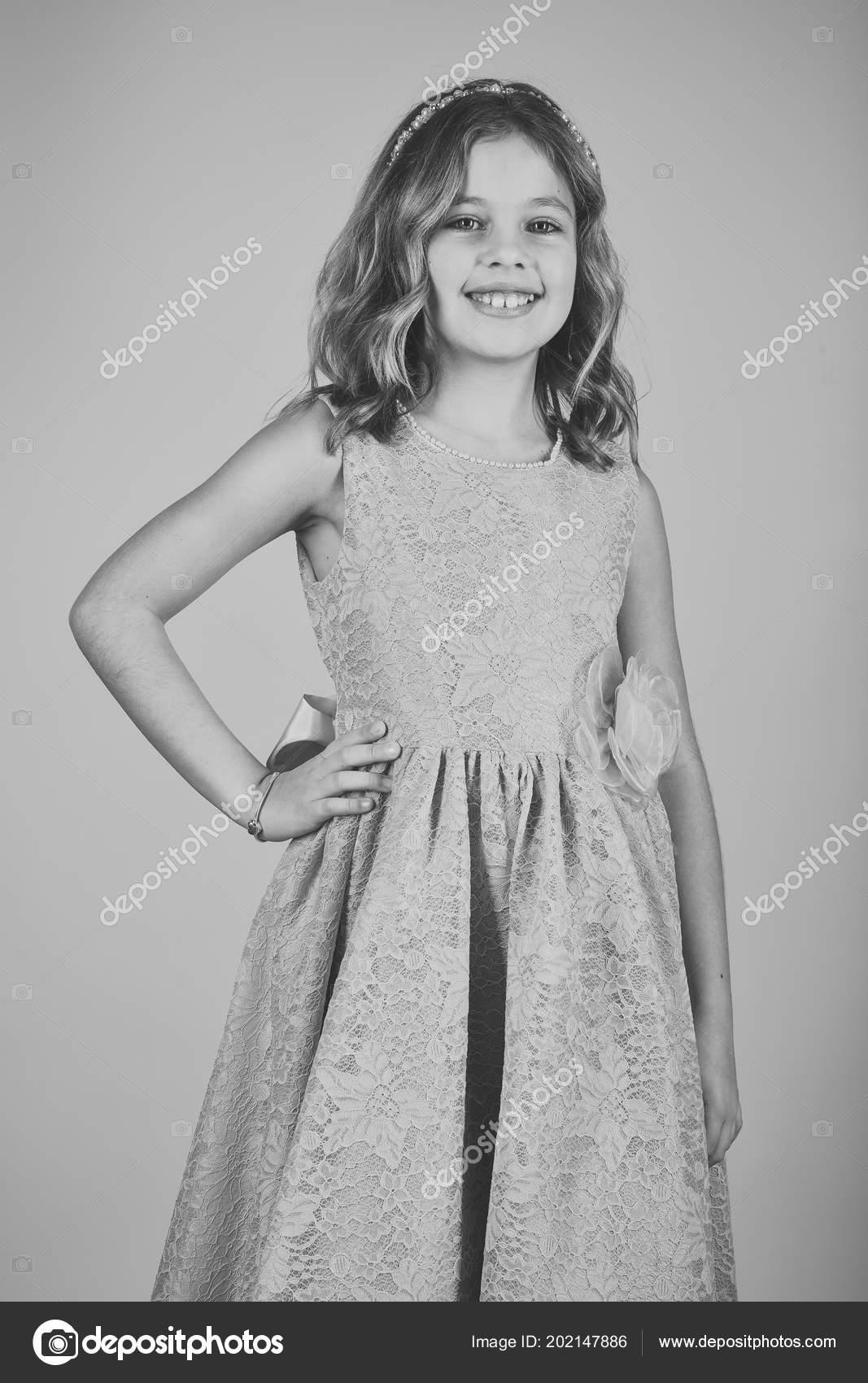 Mode-Modell auf rosa Hintergrund, Schönheit. Kleines Mädchen in ...