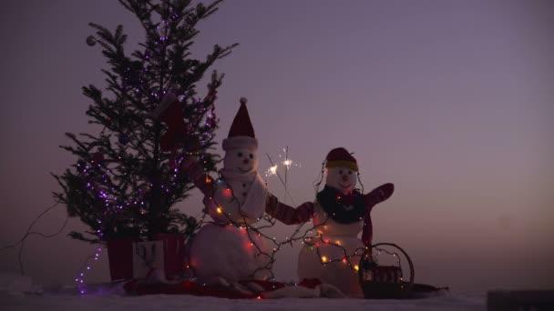 Karácsonyi dekoráció - hó ember fenyő ág a színes fények