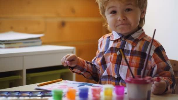 Roztomilý, vážné a cílené boy kreslení. Milý chlapeček výkres ve své album. Koncepce vzdělávání v raném dětství, malířství, talent, šťastná rodina a rodičovství