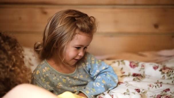 Rodinný příběh před spaním. Hezká mladá matka teling s noční příběh její dítě