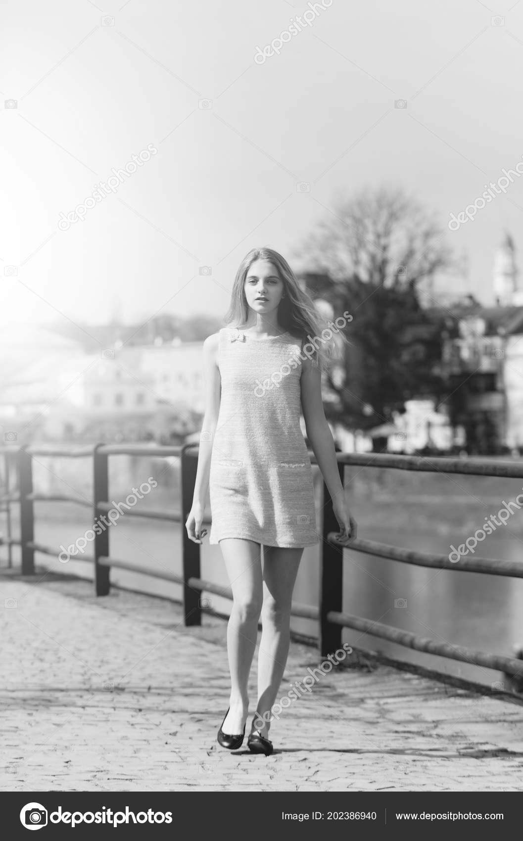 75e540a9f Look de verano. Linda chica de moda vestido gris caminando sobre pavimento  — Foto de