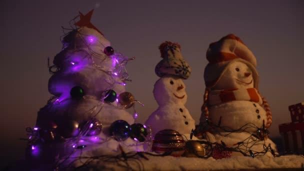Kellemes karácsonyi ünnepeket és boldog hóembert. Boldog új évet a hóember. Snowmans boldog pár. Snowmans ünnepe