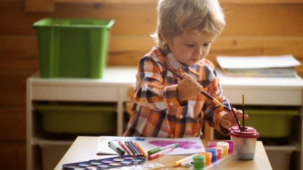 Preschooler kluk baví s barevné barvy u péče o děti. Kreativní děti batole kreslení doma. Děti hrají ve školce. Koncepce vzdělávání Kid kreativitu, dítě učení umění