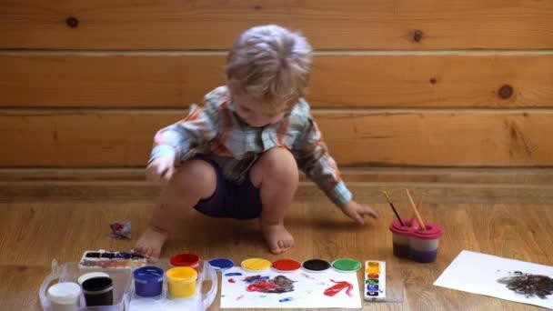 Kezében a gyermek piszkos fiú ujját festék rajz művészettörténetet. Ujjak gazdaság címer. Óvodáskorú gyermekek oktatási koncepció gondolatát. gyermekkori kreatív tanulás iskolai gyermekkori készség.