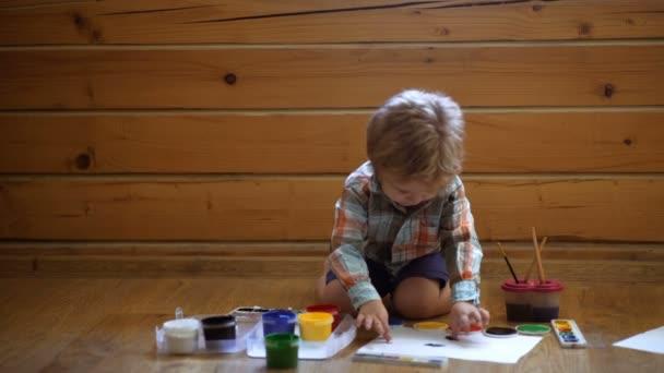 Gyermek művészeti terápia. A childs személyiség pszichológiája. Súgó bizalmának megnyerése. Rajz. A kreativitás és az oktatás fogalmát. Boldog aranyos fiú színek a kezét