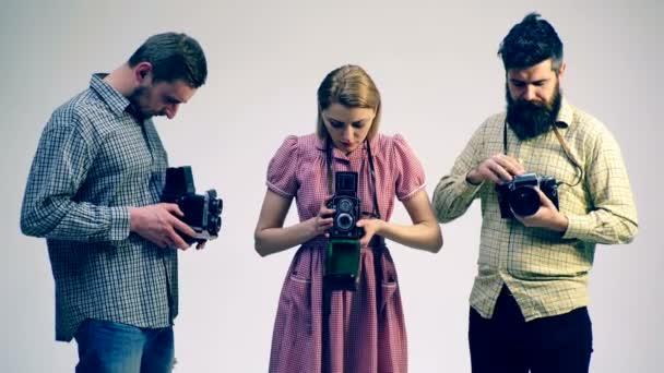 Művészeti hallgatók gyakorló régi kamerákkal. A fotográfia fogalmát. Art diákok tanulmányi régi kamerák.