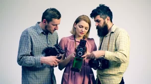 Egy csoport fiatal tervezi, hogy antik kamerák. Fogalma az antik dolgokat. Fotósok folyamat fotózás.