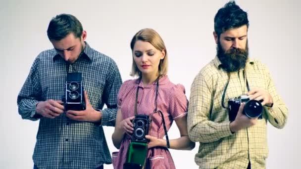 Prozess des Studiums der Kamera. Konzept der Antiquitäten. junge Fotografen. Junge Leute studieren alte Kameras.