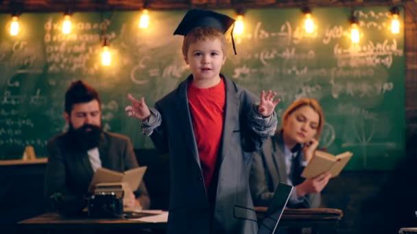 Egy kis diák két tanár beszél. Tanulás-fogalom. Iskolás gyerekek egységes. Tanárnő az osztályban. Tanár és diák. Vissza az iskolába.