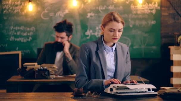 Učitelé pracují s vzdělávací materiály. Koncept výuky. Školní děti v uniformě. Učitel v učebně. Učitel a student. Zpátky do školy