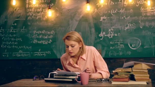 Učitel vytiskne text na psací stroj. Koncept výuky. Školní děti v uniformě. Učitel v učebně. Učitel a student. Zpátky do školy