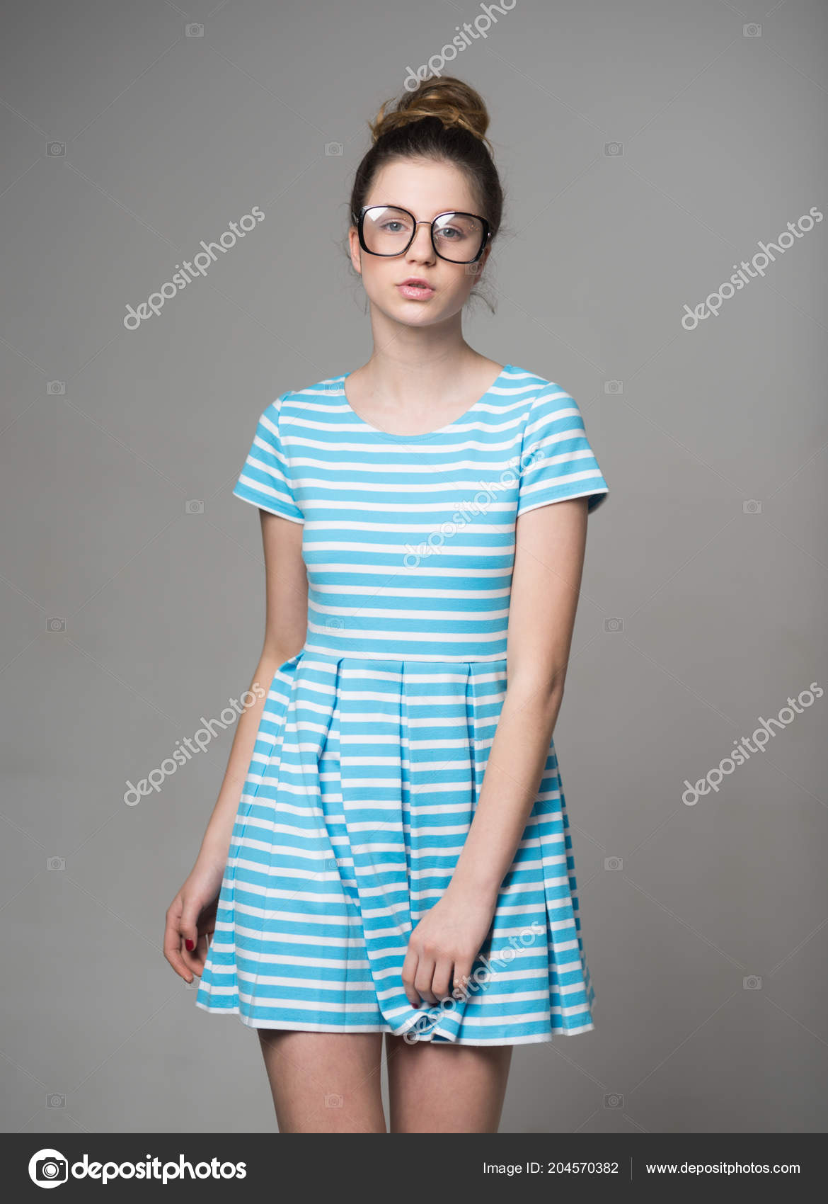 feeafc7084204 Öğrenci. güzel öğrenci kız bardaklarda. öğrenci moda gözlük ve yazlık elbise  içinde kadın.