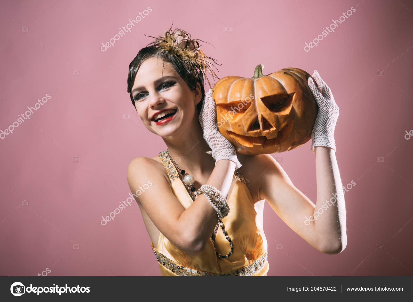 3db1364487 Halloween Pin up bonito modelo en fondo rosa. Chica en vestido amarillo con  calabaza. Moda belleza y vintage. celebración del día de fiesta y fiesta de  ...