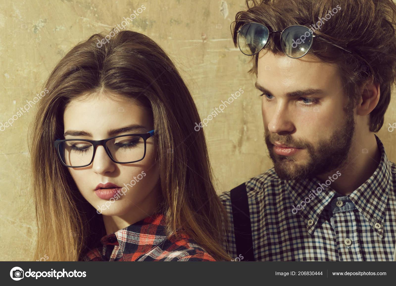 1b7bb57e51 Nerd νεαρό ζευγάρι των φοιτητών με τα geek γυαλιά — Φωτογραφία Αρχείου