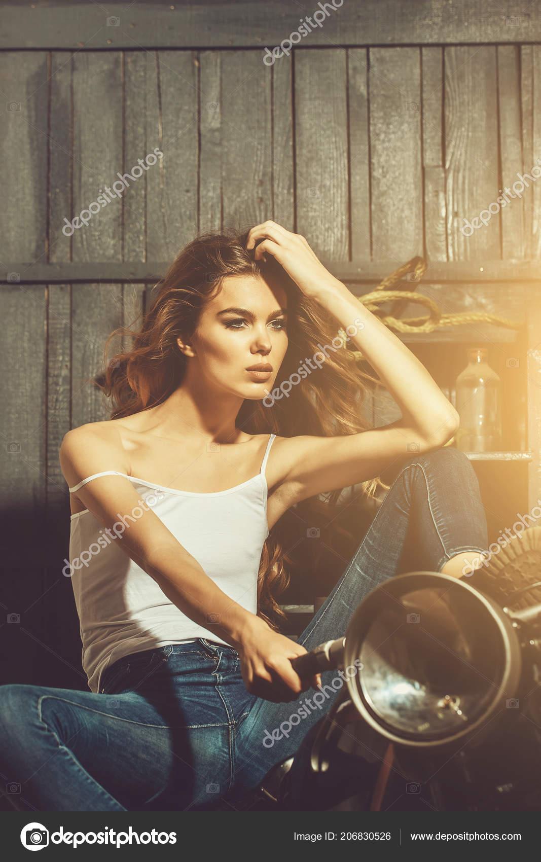 d184e53cd motorista de niña sentada en vintage motos en garaje — Foto de stock ...