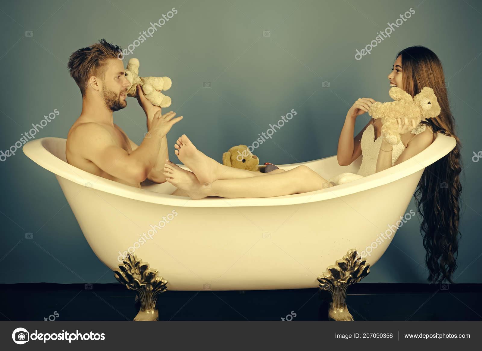Amore In Vasca Da Bagno.Uomo Nella Vasca Da Bagno Vicino Alla Ragazza Con Capelli Lunghi