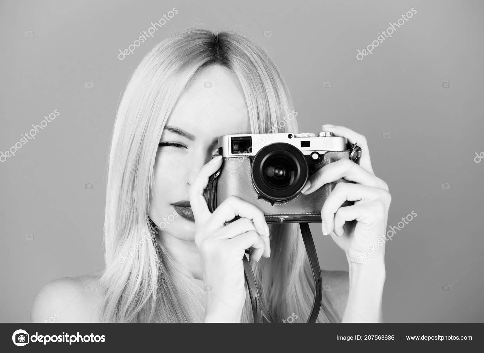 3410d68bdc928 Pretty girl reporter with retro camera — Stock Photo © Tverdohlib ...