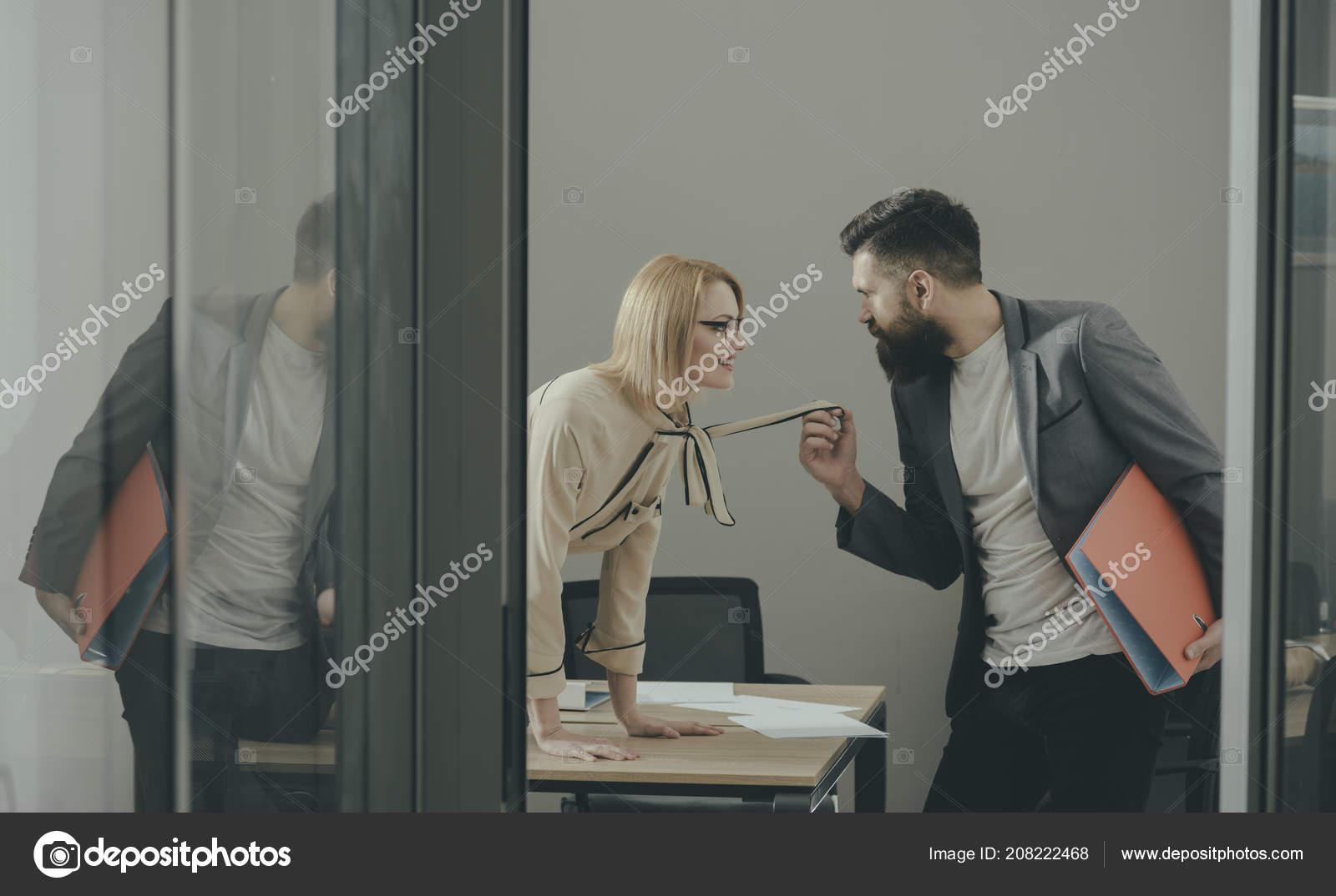 Secrétaire sexy séduire le patron dans le bureau. femme daffaires