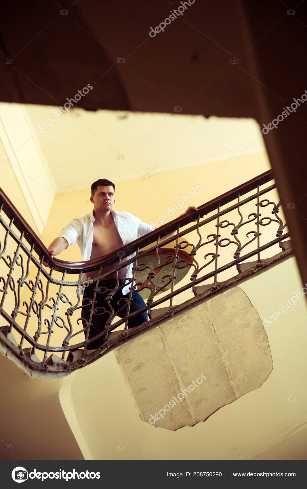 5daf9d1e6 Hombre parado en la escalera. Escaleras de subida del empresario. Macho  sexy camisa abierta con el torso desnudo en la escalera. Éxito en el  concepto de ...