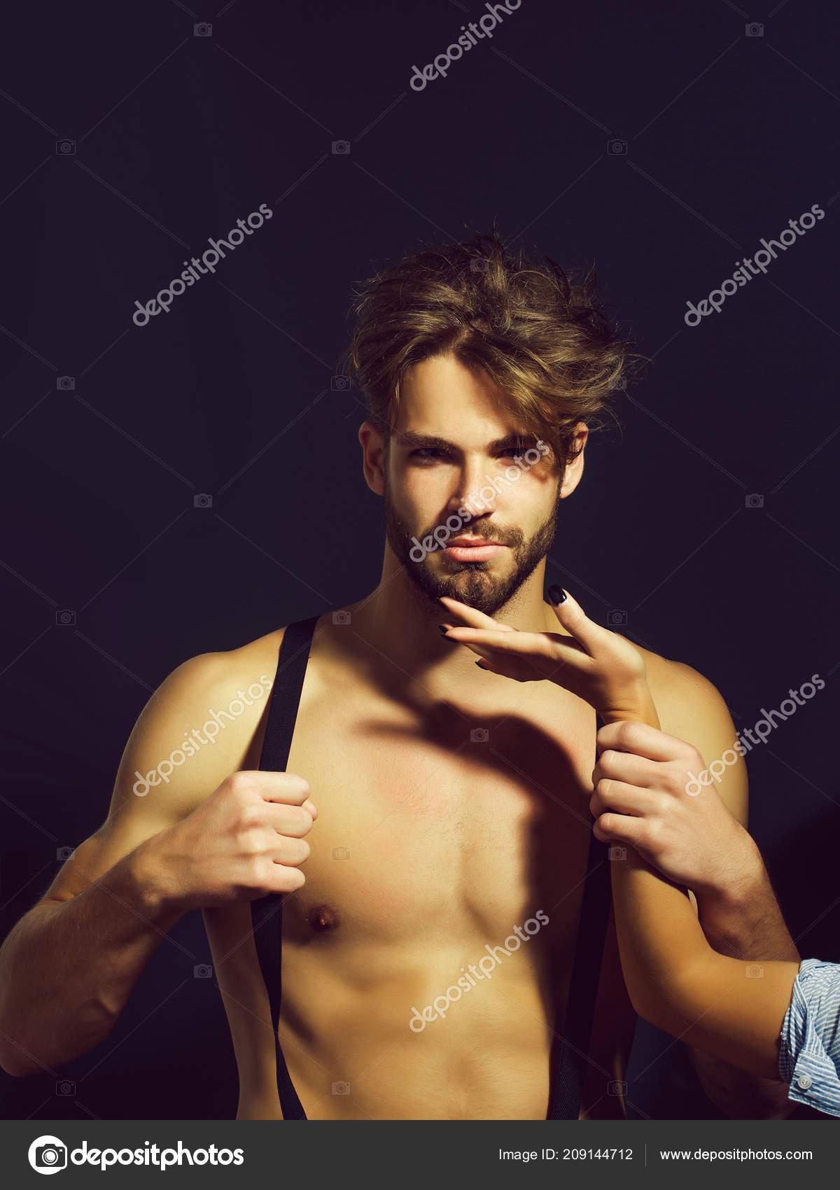 datazione di un ragazzo con bretelle