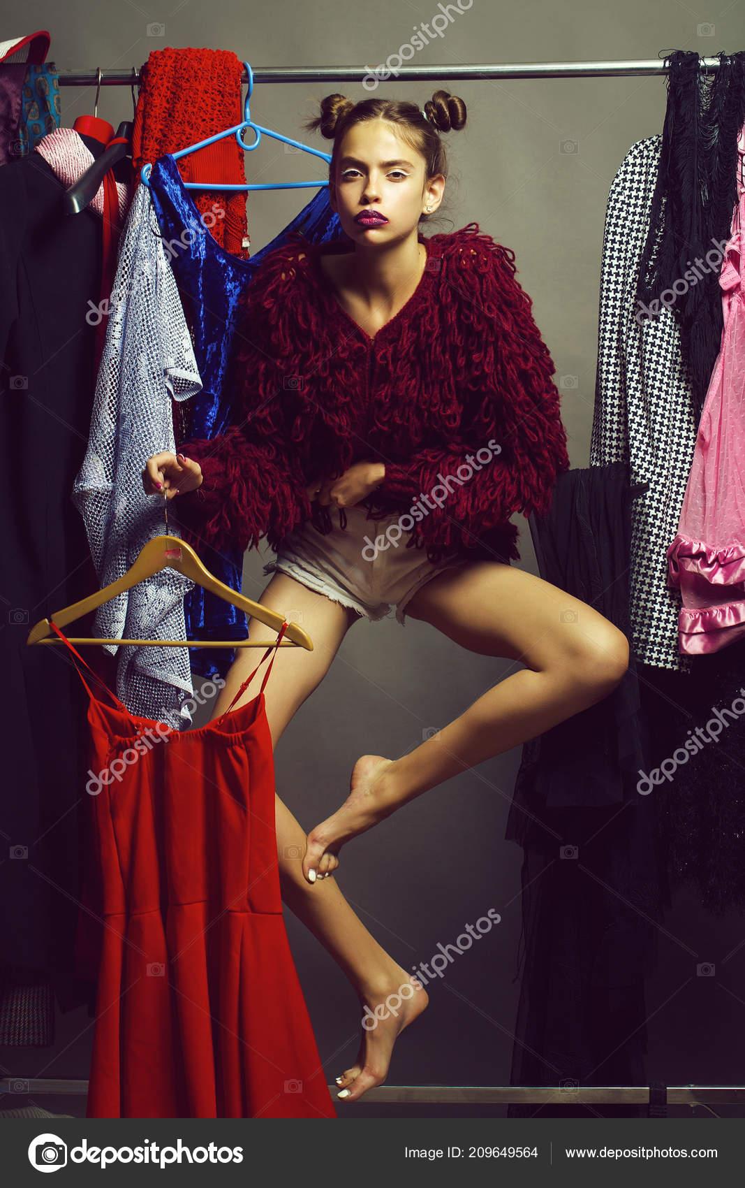 Девушка на фоне шкафа, у фигуристки слетели трусы
