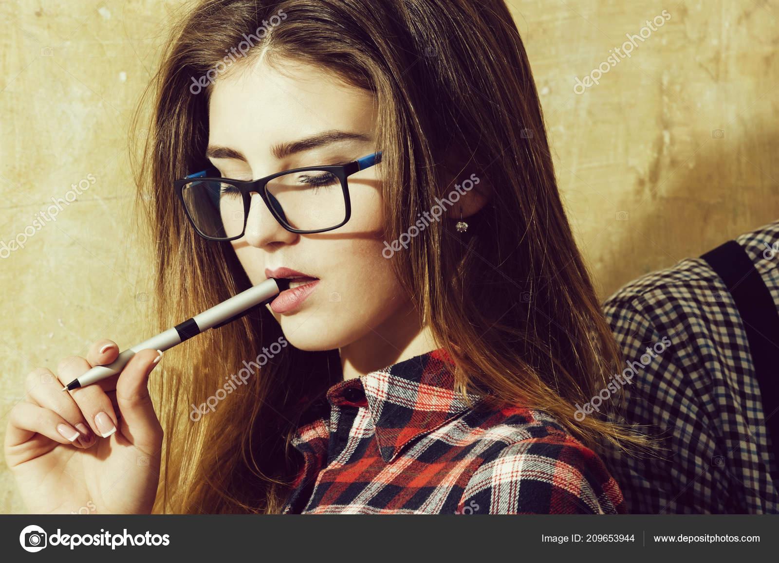 0ad08f7658 Όμορφο κορίτσι φοιτητής nerd γυαλιά εκμετάλλευση στυλό στο στόμα —  Φωτογραφία Αρχείου