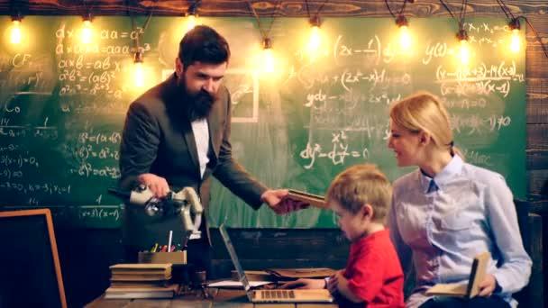 Učitel vyzývá chlapce studovat. Koncept výuky. Školní děti v uniformě. Učitel v učebně. Učitel a student. Zpátky do školy