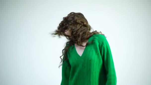 Pařížanky v zimní oblečení. Módní vzhled a krásu koncept. Dívka s kudrnatými vlasy v kadeřnictví na bílé zdi. Retro dívka s stylový make-up a vlasy v Paříži