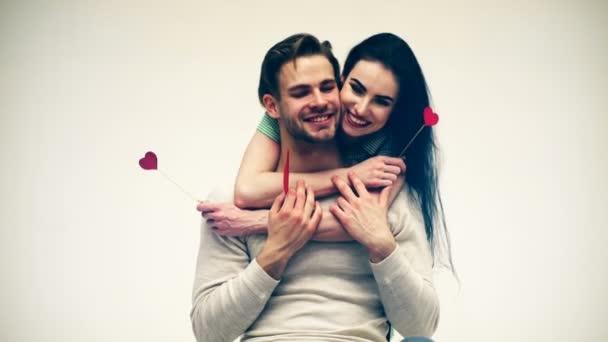Šťastný pár, objímání a líbání na Valentýna. Pojetí lásky. Valentinky den.