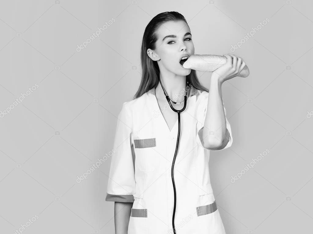 Hübsche Krankenschwester Frau oder Arzt essen Schlagstock